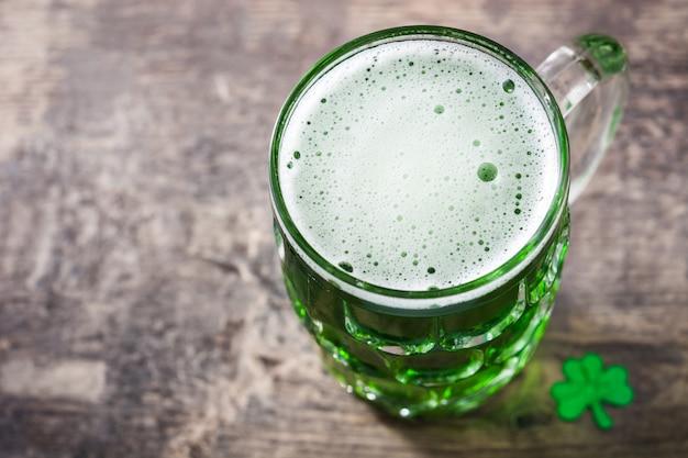 Tradycyjne zielone piwo st patrick's day na drewnianym stole