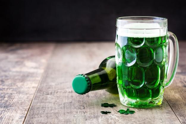 Tradycyjne zimne zielone piwo na drewnianym stole na dzień świętego patryka copyspace.