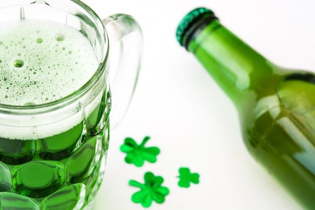 Tradycyjne zimne zielone piwo na dzień świętego patryka