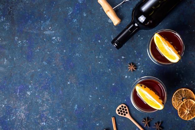 Tradycyjne zimowe i świąteczne napoje grzane wino czerwone