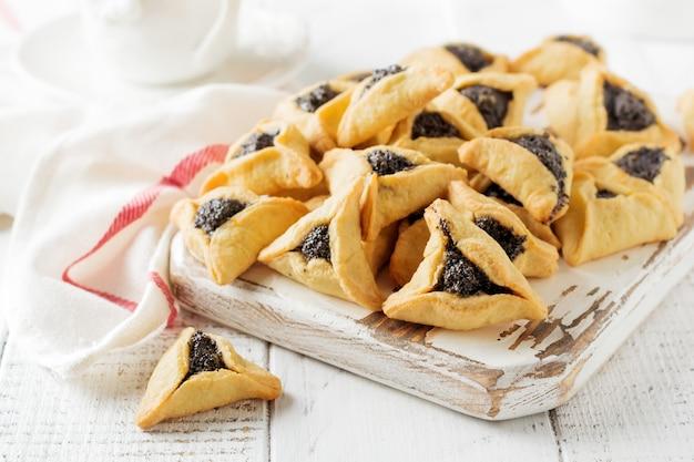 Tradycyjne żydowskie ciasteczka hamantaschen z konfiturą jagodową