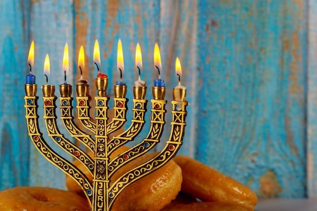 Tradycyjne żydowskie danie słodkie pączki z minorah