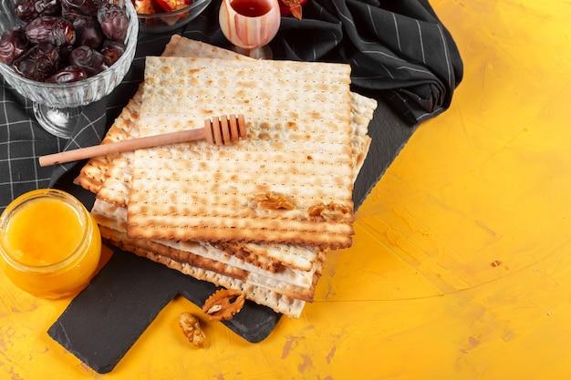 Tradycyjne żydowskie matzo koszerne na pesah wielkanocny