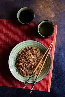 Tradycyjni chińskie ryż na betonie