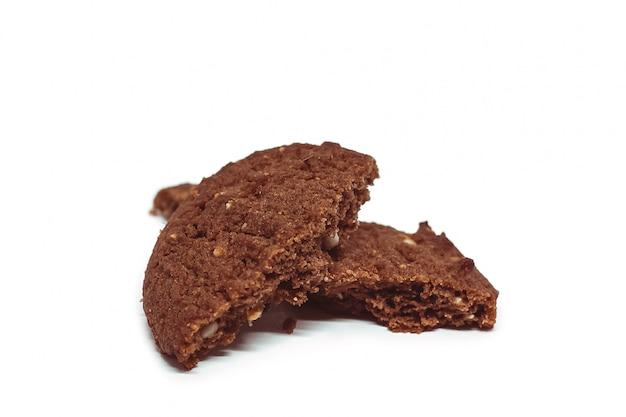 Tradycyjni czekoladowi nerkodrzewu masła ciastka na białym tle
