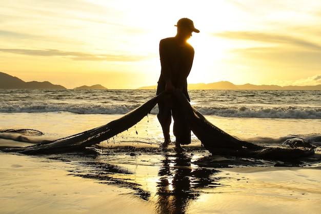 Tradycyjni rybacy łapią ryby w morzu