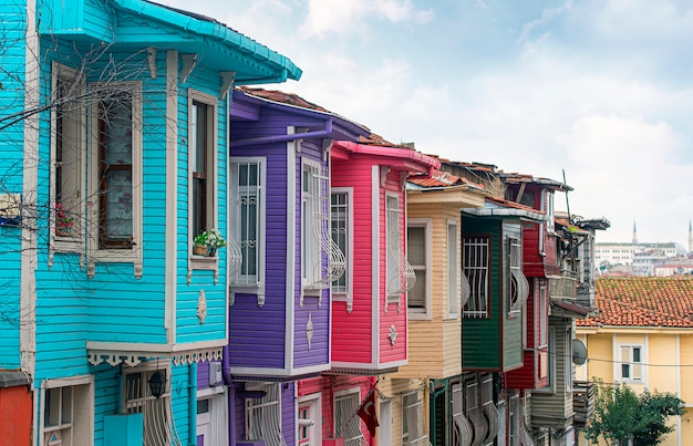 Tradycyjni starzy drewniani domy na ulicie w istanbuł, klasyczna osmańska drewniana architektura w turcja
