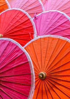 Tradycyjni tajlandzcy kolorowi bambusowi parasole deseniują tło