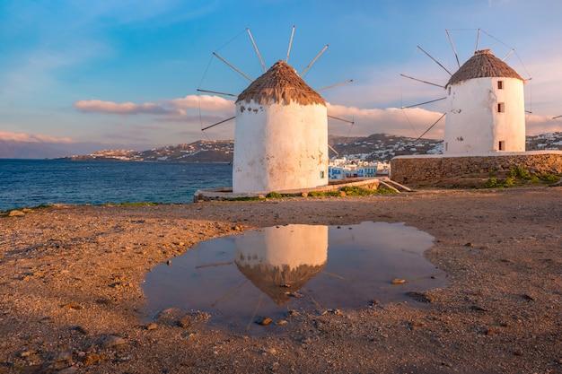 Tradycyjni wiatraczki przy wschodem słońca, santorini, grecja