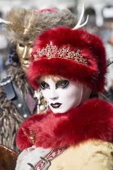 Tradycyjnie ubrana osoba z karnawału w wenecji