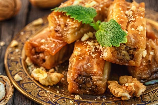 Tradycyjny arabski deser baklava z miodem i orzechami, selektywna ostrość.