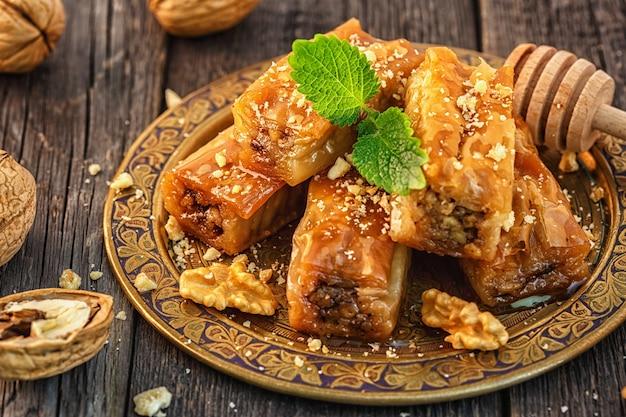 Tradycyjny arabski deser baklava z miodem i orzechami włoskimi