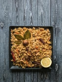 Tradycyjny arabski ryż basmati z warzywami. kuchnia arabska.