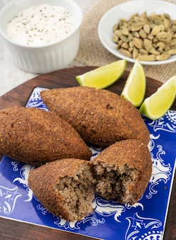 Tradycyjny arabski smażony kibbeh. typowa brazylijska przekąska.