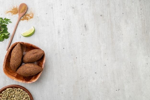 Tradycyjny arabski smażony kibbeh z miejsca na kopię. typowa brazylijska przekąska.