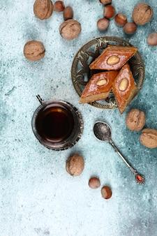 Tradycyjny armudu (filiżanka herbaty) z pakhlavą