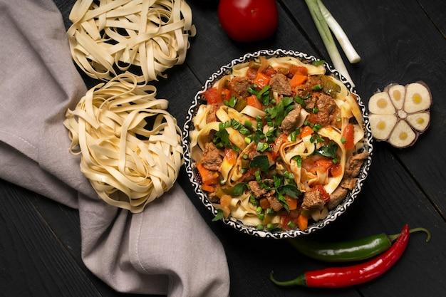 Tradycyjny azjatycki makaron lagman z warzywami i mięsem