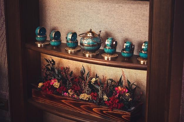Tradycyjny azjatycki zestaw do herbaty na półce.