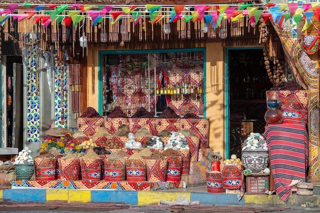 Tradycyjny bazar przypraw z ziołami i przyprawami na sprzedaż dla turystów na starym targu ulicznym w sharm el sheikh, egipt, z bliska