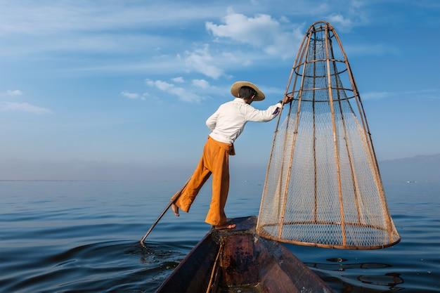 Tradycyjny birmański rybak przy inle jeziorem, myanmar
