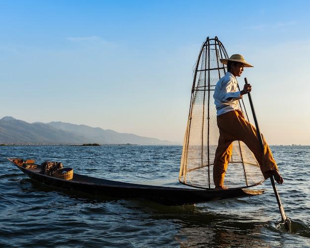 Tradycyjny birmański rybak przy inle jeziorem