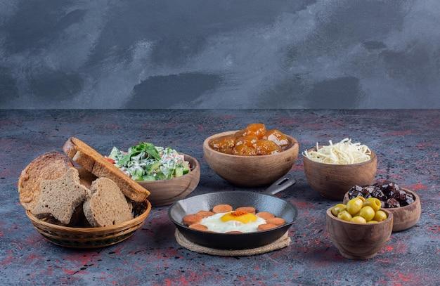 Tradycyjny bogaty stół śniadaniowy z różnorodnymi potrawami.