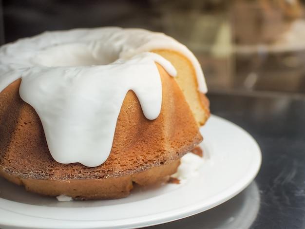 Tradycyjny, cały świeżo pieczony gugelhupf z glazurą z cukru bzu.