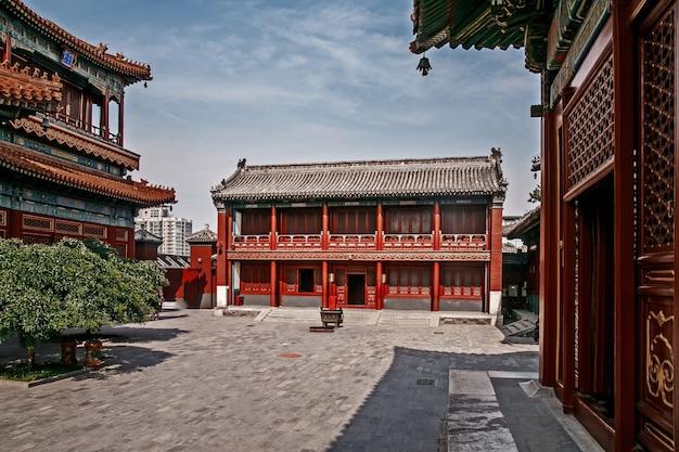 Tradycyjny chiński budynek, chiński dziedziniec w pekinie, czysty słoneczny dzień