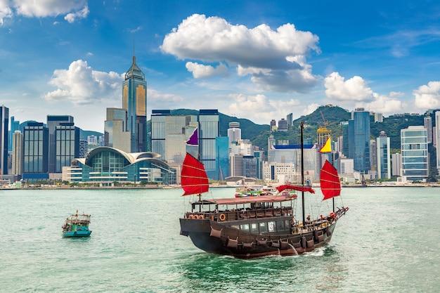 Tradycyjny chiński drewniany żaglowiec w porcie wiktorii w hongkongu
