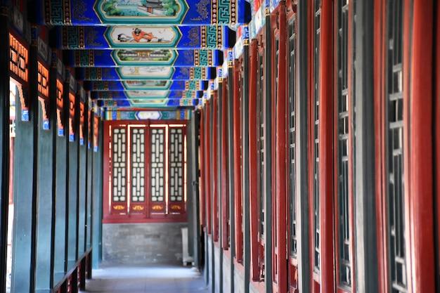Tradycyjny chiński styl, kolorowe korytarze starożytnych budynków.