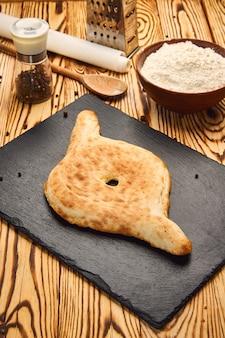 Tradycyjny chleb gruziński - shoti. puri z białej mąki pszennej w okrągłym glinianym piecu.