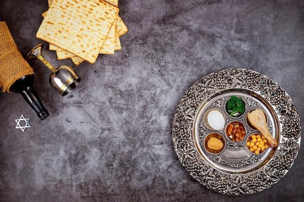 Tradycyjny chleb macy z koszernym kiduszem i sederą. koncepcja żydowskiego święta paschy.