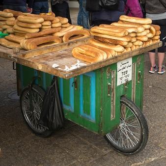 Tradycyjny chleb na sprzedaż na targu ulicznym, jerozolima, izrael