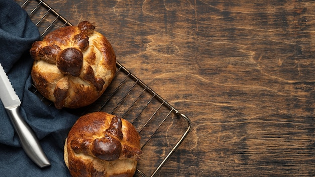 Tradycyjny chleb o martwej kompozycji z miejscem na kopię