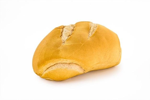 Tradycyjny chleb z brazylii, znany jako chleb francuski, na białym tle na białej powierzchni, obraz w wysokiej rozdzielczości