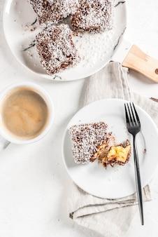 Tradycyjny deser lamington na marmurowym talerzu
