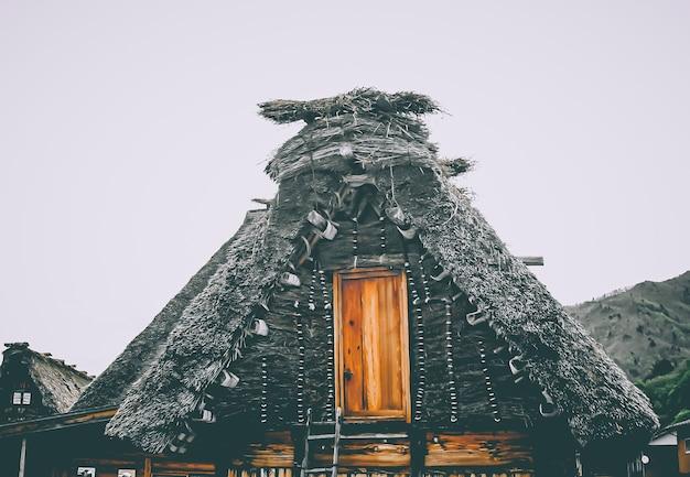Tradycyjny dom shirakawako . wioska dziedzictwa unesco . miejsce turystyczne . architektura ludowa w japonii . charakterystyczny projekt dachu .