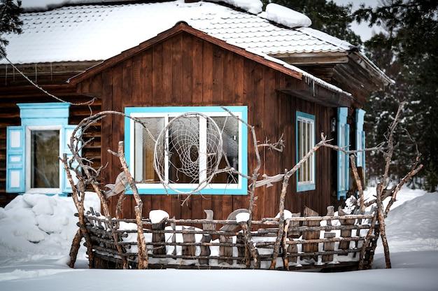 Tradycyjny dom syberyjski w rezerwacie davsha w pobliżu rzeki davsha i słynnego jeziora bajkał