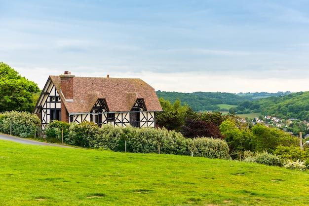 Tradycyjny dom w etretat w normandii
