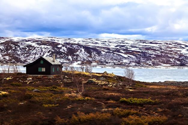 Tradycyjny dom wiejski w górach, norwegia