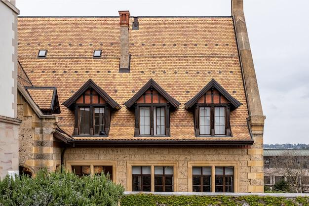 Tradycyjny dom z dachówką na starym mieście w genewie