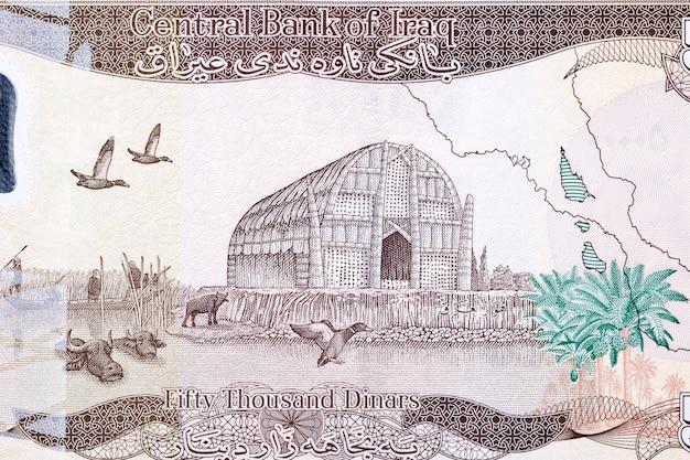 Tradycyjny dom z trzciny mezopotamskich bagien z irackich pieniędzy