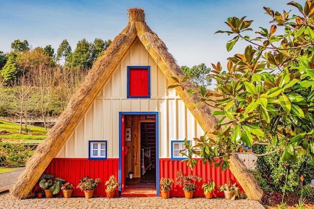 Tradycyjny domek w santana, madera, portugalia.