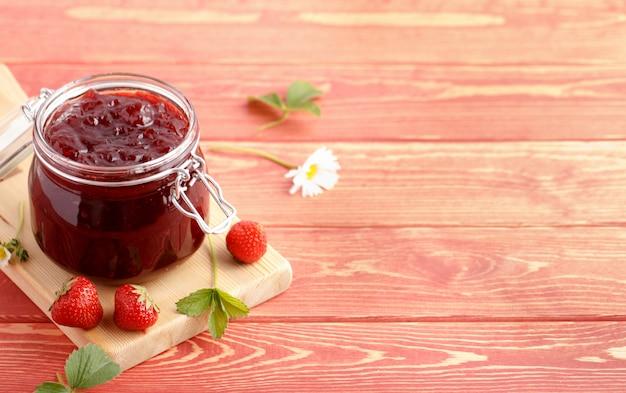 Tradycyjny domowy dżem truskawkowy.