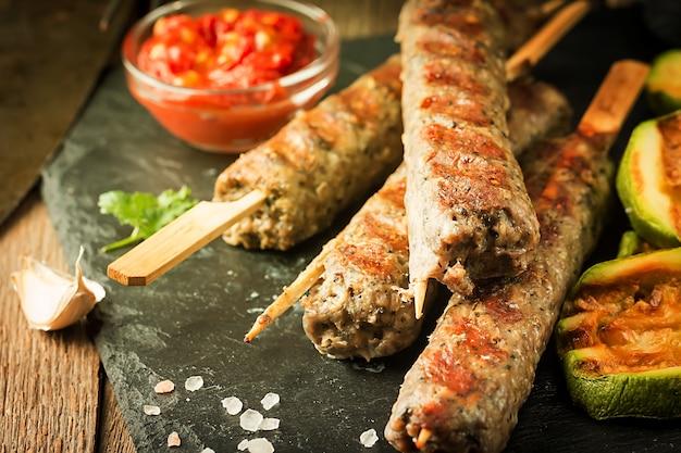 Tradycyjny domowy grillowany turecki kebab adana urfa