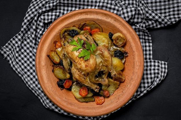 Tradycyjny domowy gulasz tajin z kurczakiem i ziemniakami. jedzenie marokańskie. jedzenie halal