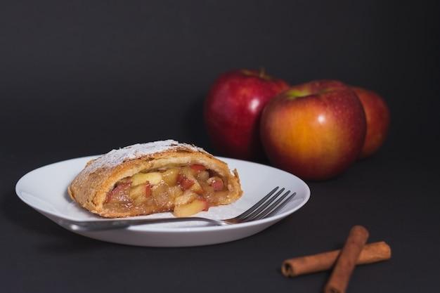 Tradycyjny domowy strudel jabłkowy i prawdopodobnie najbardziej znane wiedeńskie ciasto poza austrią