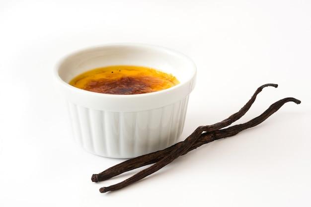 Tradycyjny francuski creme brulee deser z karmelizowanym cukrem odizolowywającym na bielu.