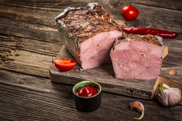 Tradycyjny francuski pate en croute z gęsim mięsem i wątróbką