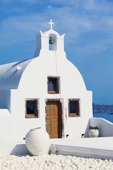 Tradycyjny grecki kościół prawosławny w oia, santorini